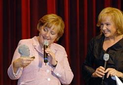 """Bundeskanzlerin Angela Merkel und Evi Kurz bei der Präsentation des Films """"Erhards Welt"""""""
