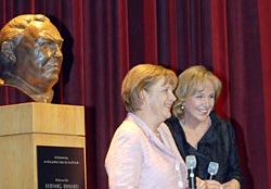 Angela Merkel und Evi Kurz bei der Präsentation des Films Erhards Welt